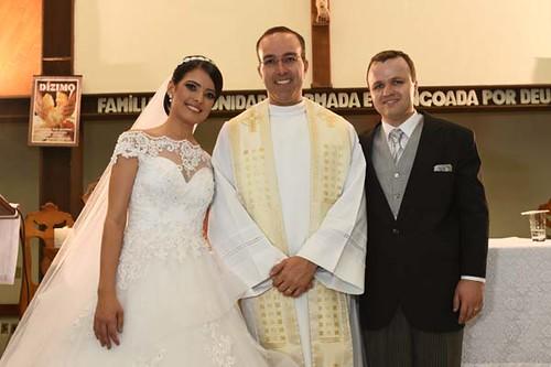 Aiala e Renato ladeiam o Padre Ânderson Trevenzolli, que já residiu em Coronel Fabriciano