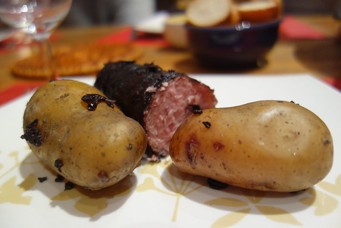 Au menu également : du saucisson lyonnais, cuit dans le gène (le reste des grappes de raisins, après pression) et le paradis (le vin, à peine sorti du pressoir)