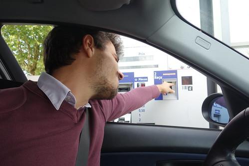 Laurent éprouve des difficultés à extraire son reçu au péage :)