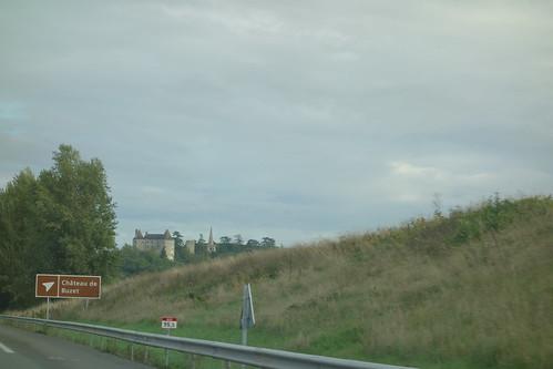 Sur le bord de l'autoroute, le beau château de Buzet