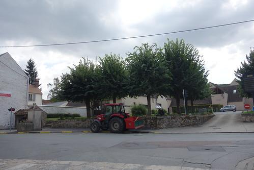 Devant l'école ... Un tracteur !