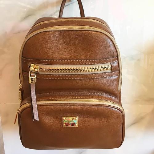 Caramelo com dourado é mais uma das versões desta mochila maravilhosa