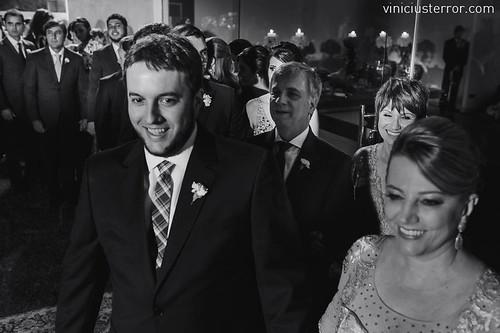 O noivo entra no espaço da cerimônia, conduzindo a mãe