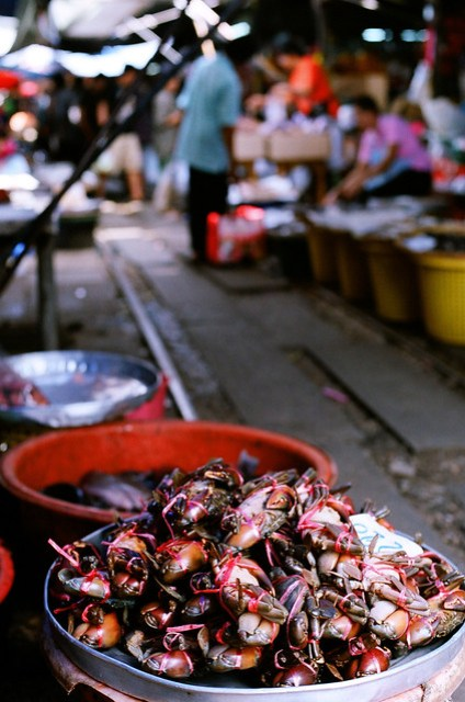 在狹小的鐵道市場裡,充滿魚貨的腥味是相當可怕的一件事