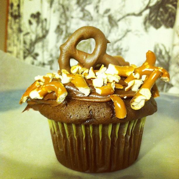 chocolate covered pretzel cupcakes