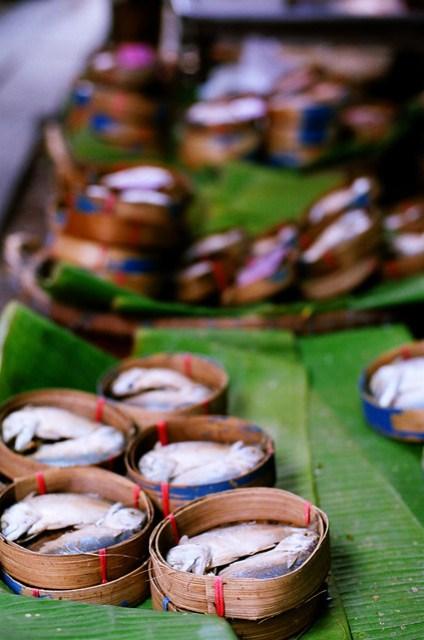非常有趣,魚以新月狀排列,顧客要買時,拿出一旁的芭蕉葉(?)包一包就賣了