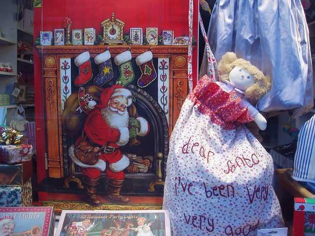 201012250230_Christmas-shop-window