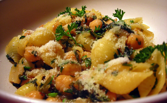 Pasta with chickpeas, parsley, garlic and lemon