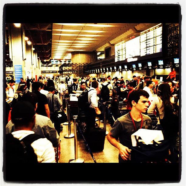 11.05.2012 - ((Instagram 06:58PM)) - Pensa! A Fila do Check-in... #Aeroporto #sp #djking #roleurbano