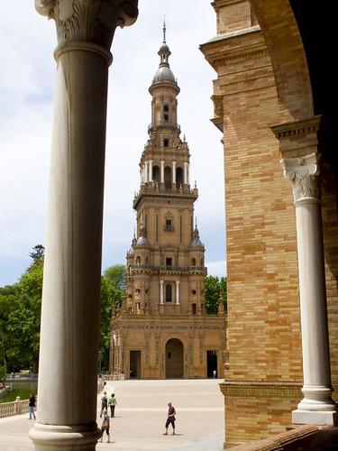 Torre que cierra la arcada de la Plaza de España en Sevilla