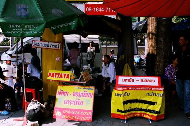 話說賣票的大嬸不會講英語,還是由隔壁去 Pattaya 的小姐幫忙翻譯的