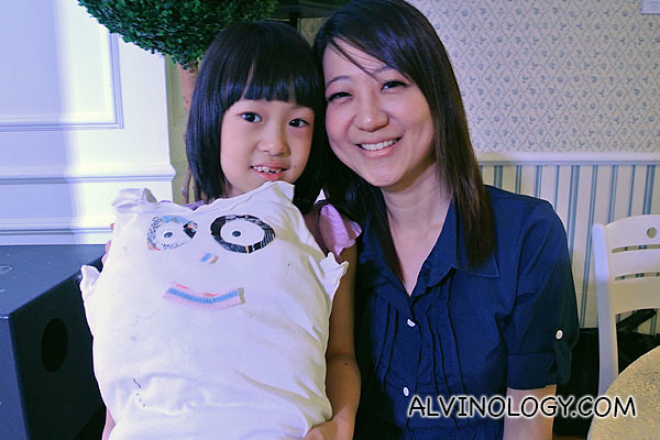 Blogger Cendrine and her daughter with their tee-shirt pillow