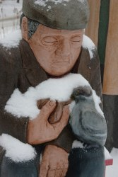 Saint John : John Hooper Statue - Fedding the Birds