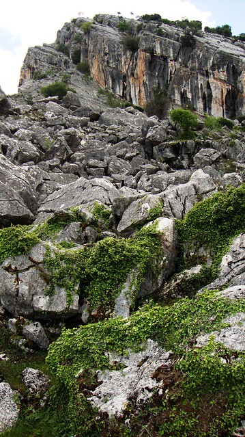 Cantera del Cerro Hacho a los pies del embalse