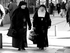 Una monja, por lo menos/A nun, at least