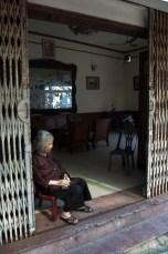 Frau im Wohnzimmer