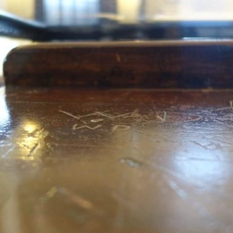 WDの机にはサインが。