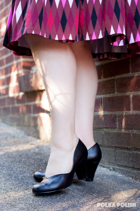 Royal Vintage Shoes Marilyn in black, a 1940s reproduction plain pump with a curvy vamp