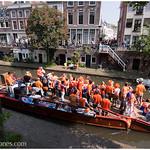 Barca de festeros naranjas