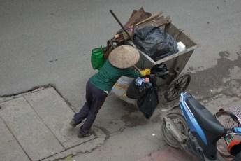 Müllsammlerin in der Xuan Dieu