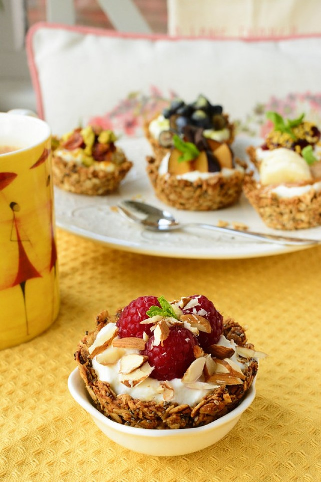 Mini Oats and Yoghurt Cups with Raspberries and Almonds