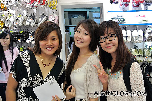 The first three bloggers to arrive: (L to R), Tiffany, Miyo and Joey