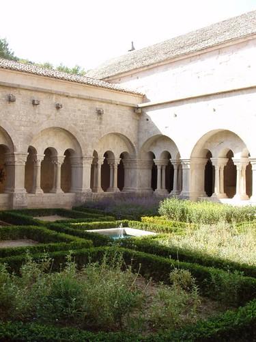 201007080100_Senanque-cloister