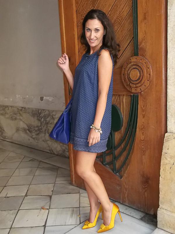 Vestido azul, años 60, abotonadura trasera, zapatos de salón amarillos, raso, lazo zapatero, bolso azul, blue dress, 60s, rear buttoned, yellow satin pumps, bow, blue bag, suiteblanco, zara, furla