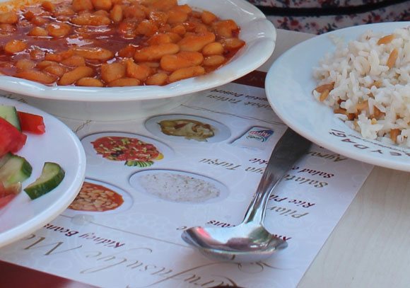 Scharfe Bohnen mit Reis und Salat in Istanbul
