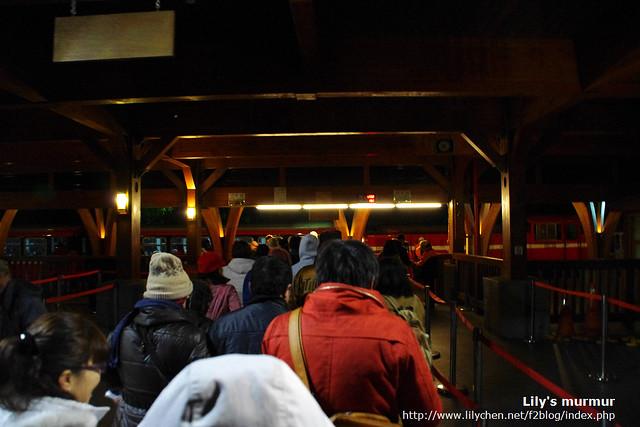 跟著排隊的人潮走進月台搭車去。當時天色還未亮呢。