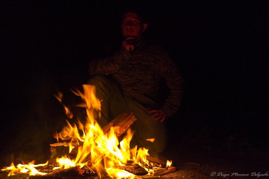 Pensativo ante el fuego