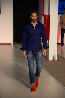 Dark blue shirt, washed jeans and red shoes  - Intermoda Trends