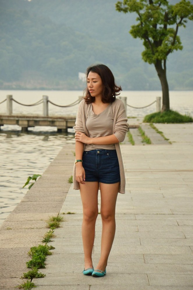 long beige cardigan, high waisted denim shorts, pointed toe turquoise flats
