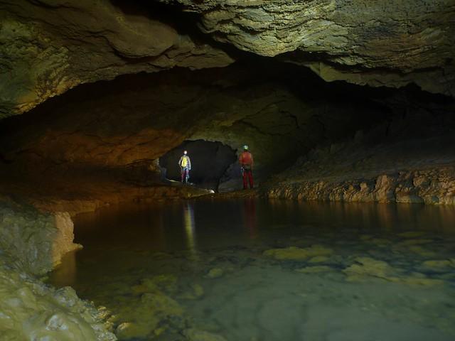 belle conduite dans la rivière souterraine de l'air chaud