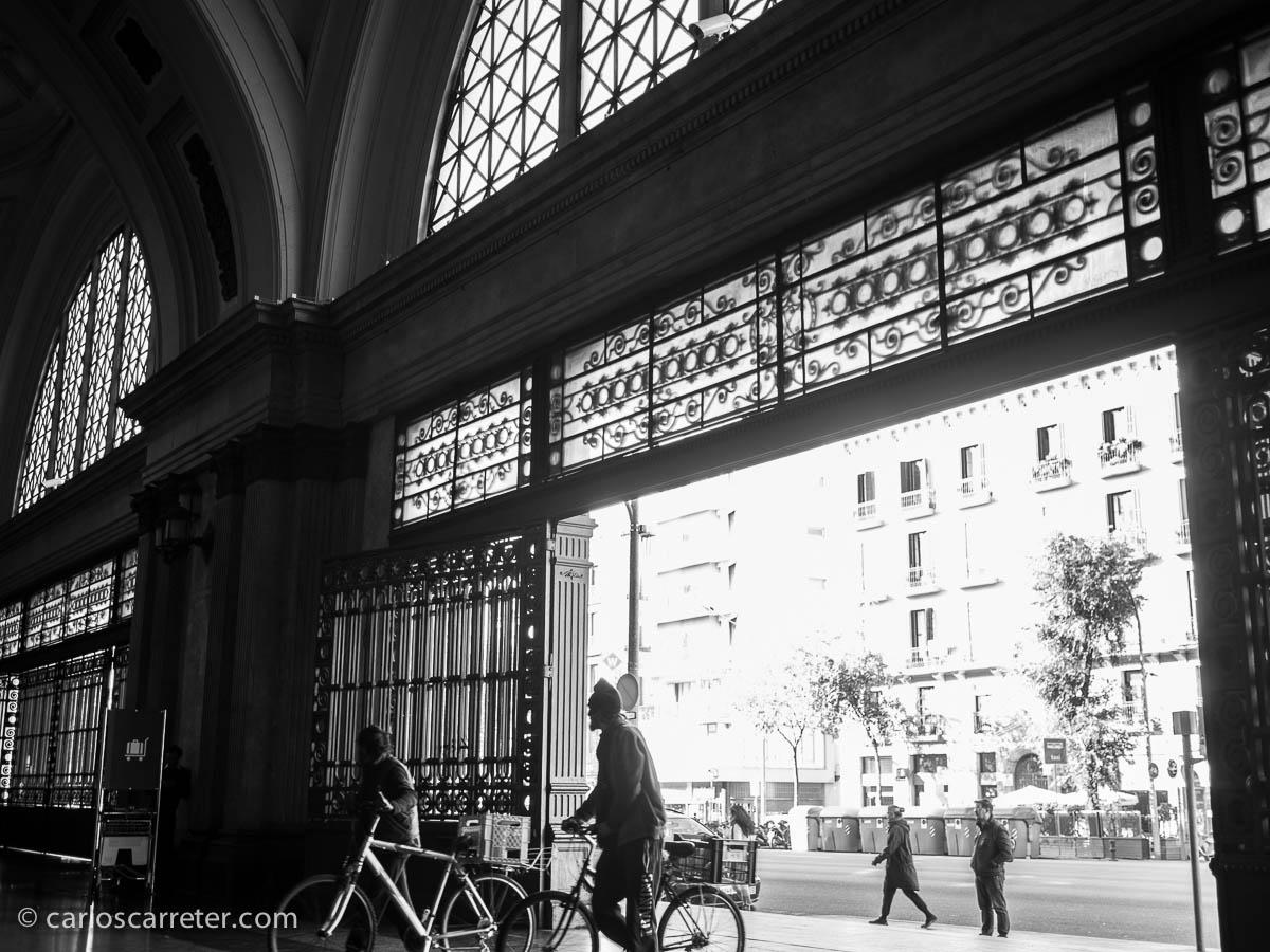 Saliendo de la estación de Barcelona-Francia