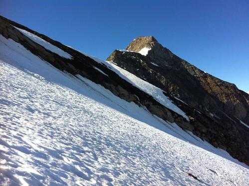 Es geht das steile Schneefeld empor