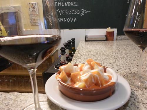 Patatas bravas con vino