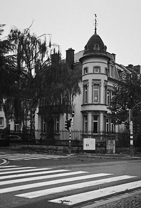 Κτήρια μ' ένα ιδιαίτερο χαρακτήρα κι επιβλητικό στυλ δεσπόζουν στις γειτονιές του Λουξεμβούργου.