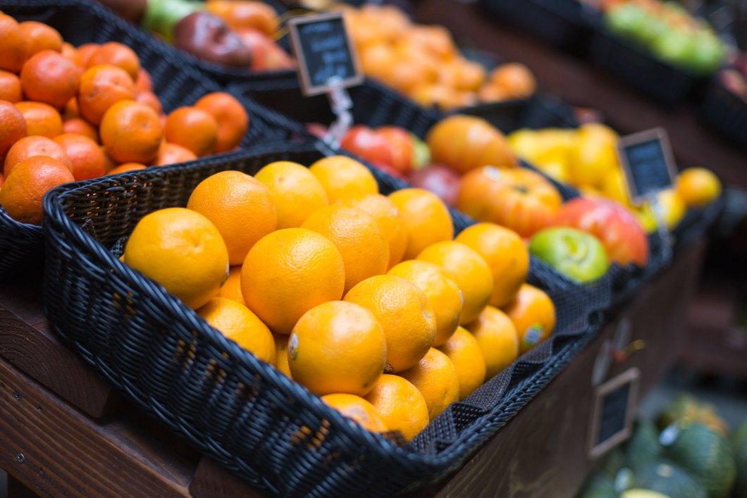 Imagen gratis de una cesta de naranjas frescas