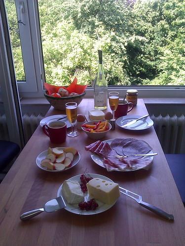 Sonntagsfrühstück am offenen Fenster