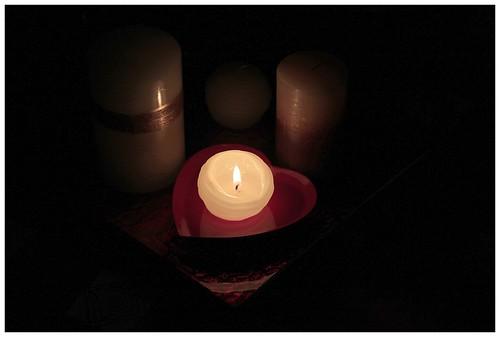 Kynttilä sydänlautasella.