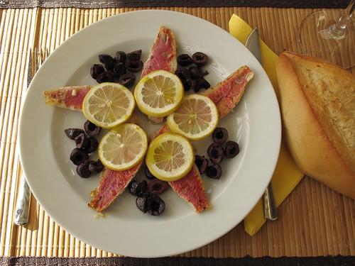 Rote Meerbarben mit Zitronen und Oliven