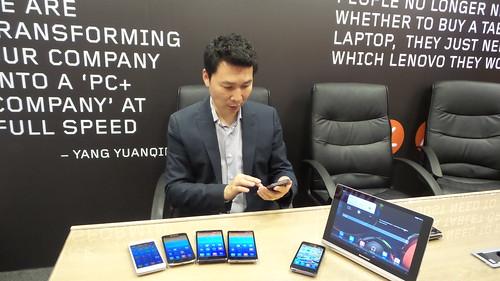 Mr. Keith Liu กับผลิตภัณฑ์ของ Lenovo ในระหว่างการตอบคำถามด้านผลิตภัณฑ์