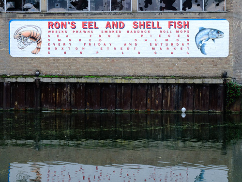 Fishy typography by Simon Sharville