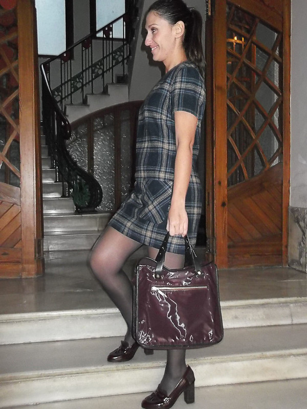 vestido de cuadros, preppy, college, mocasines granates, Medias azules, bolso burgundy, abrigo gris, canvas dress, burgundy loafers, Blue stockings, burgundy bag, grey coat