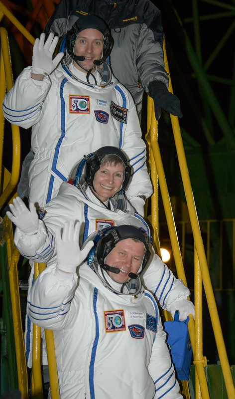 Expedition 50 Crew Board Soyuz (NHQ201611170001)