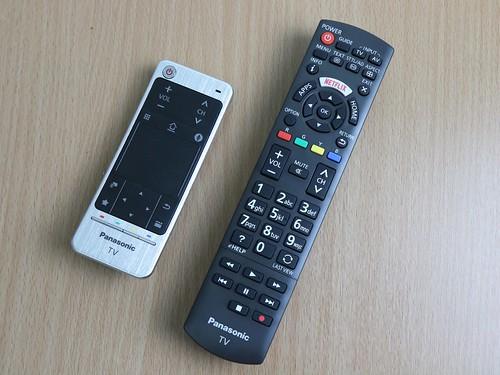 รีโมทคอนโทรลสองแบบของ Panasonic Viera TH-65DX900T