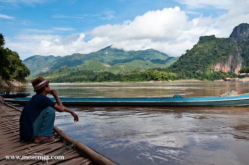 Laosià contemplant el mekong