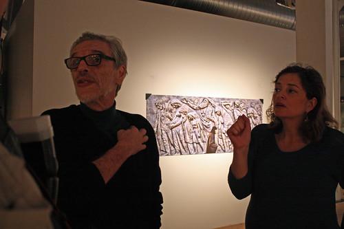 Geraldo Melo tillsammans med tolken Silvia Sardeira Wikström framför ett fotografi från Jerusalem.