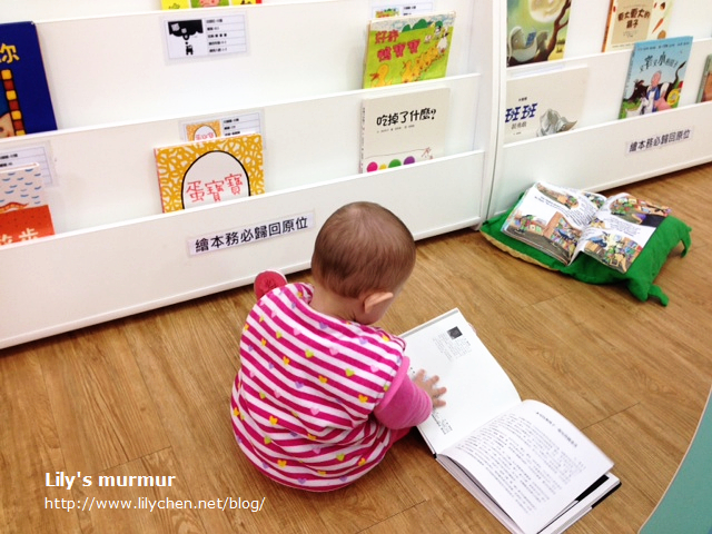 喜歡「翻書」的小妮,離聽媽媽唸書還有一段時間呢。但我還是會念給她聽,她聽多少是都少。